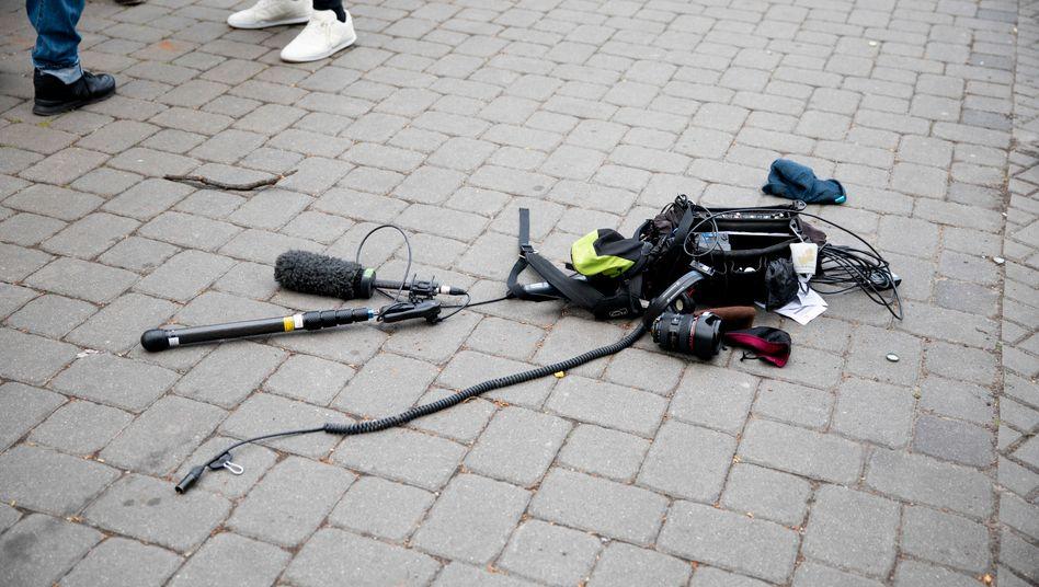 Ausrüstung des Kamerateams nach Angriff am 1. Mai: Welches Motiv hatten die Täter?