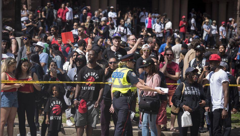 Polizeiabsperrung nahe des Nathan Phillips Square in Toronto, wo am Montag die Schüsse fielen