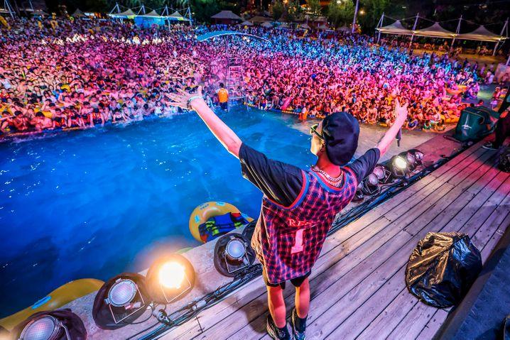 In Wuhan, dem Ursprungsort des Coronavirus, haben Tausende Menschen eine Poolparty gefeiert
