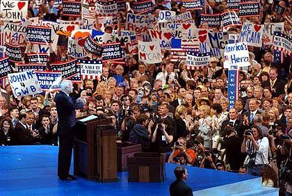 """John McCain: """"Der einstige Bush-Gegner will sich eine eigene Präsidentschaftskandidatur in vier Jahren offen halten"""