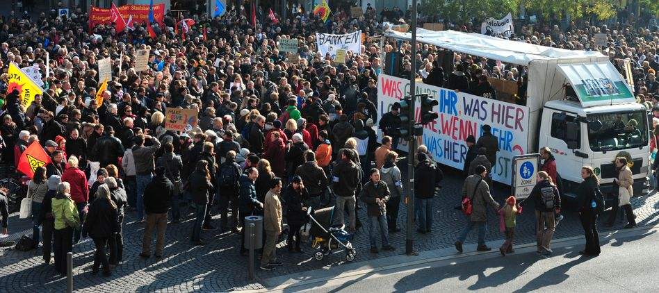 Protestmarsch in Frankfurt: Am Samstag kamen wieder Tausende zur Occupy-Demo