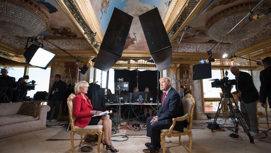 CBS-Journalistin Lesley Stahl und Donald Trump während eines Interviews 2016