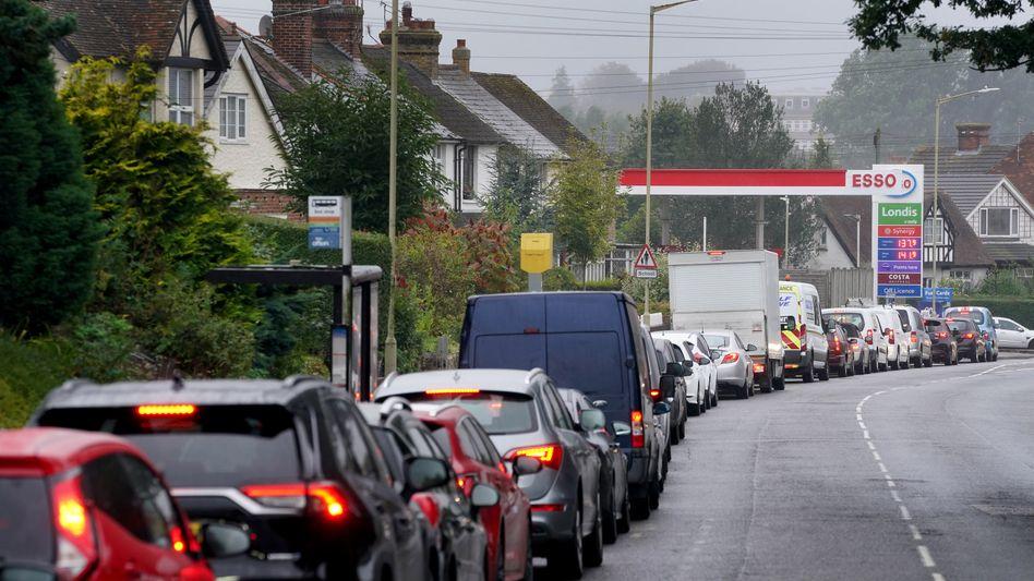 Britische Autofahrer stehen Schlange, um zu tanken: Schadenfreude ist unangebracht