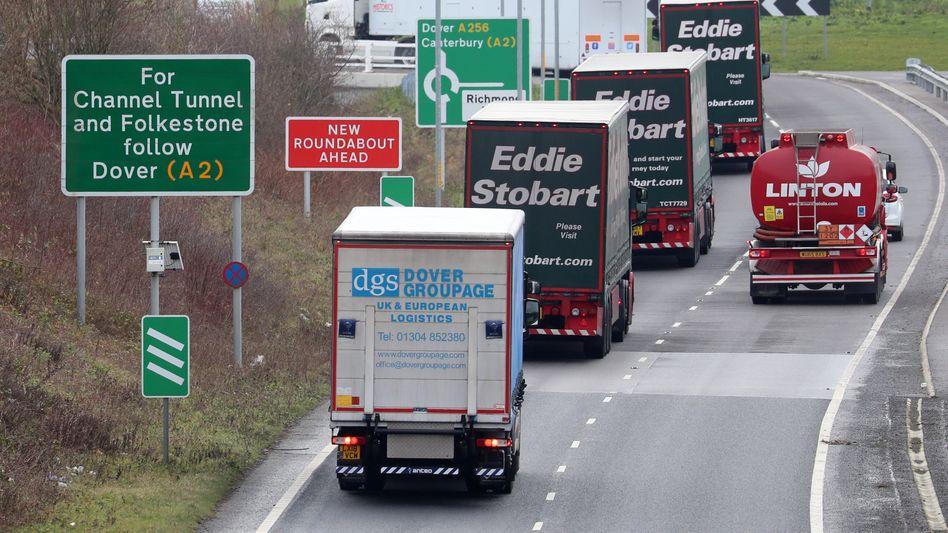 Lastwagen (hier mit Fahrern) auf dem Weg zum Hafen in Dover