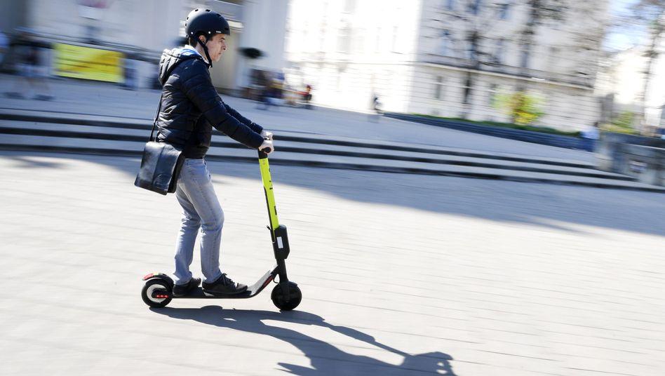 Mann auf E-Scooter (hier in Wien)