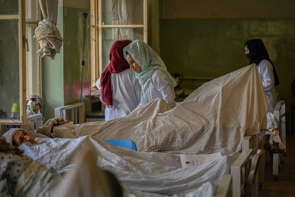 Nurses in a hospital in Kabul: Now that the government has collapsed, many people are no longer receiving a paycheck.