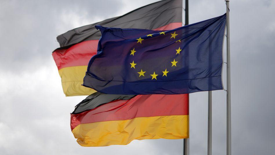 Europa- und die Deutschlandfahne vor dem Reichstag in Berlin