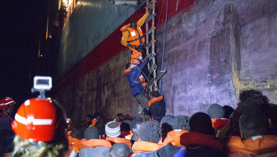"""Flüchtlinge gehen an Bord der """"Alexander Mærsk"""""""