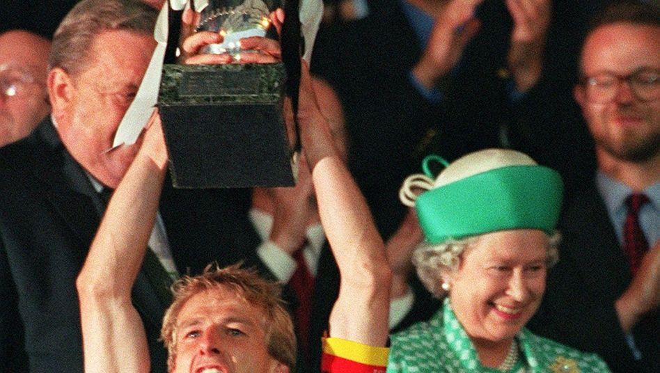 Jürgen Klinsmann mit Queen und EM-Pokal (Wembley 1996): Nee, war dat schön!