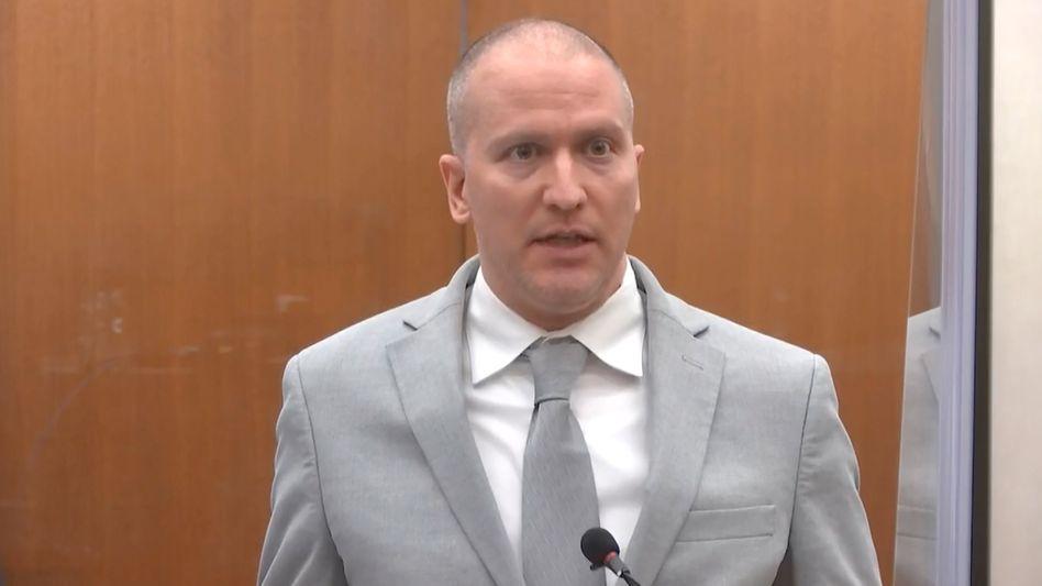 Der ehemalige Polizist Derek Chauvin bei der Verkündung seines Strafmaßes im Gerichtssaal