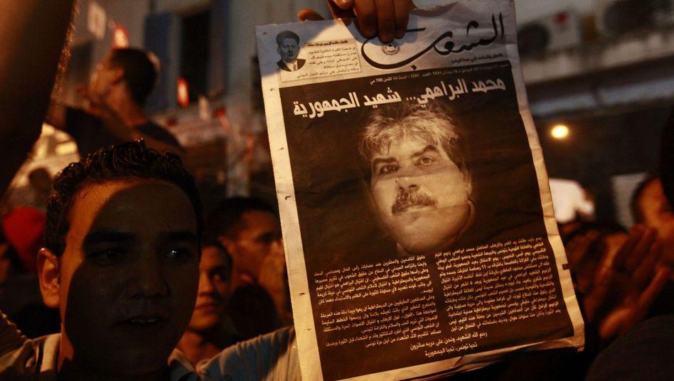 Demonstranten mit Bild Brahmis: Verbindungen zu Mord an Belaïd