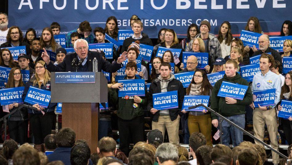 Präsidentschaftskandidat Sanders mit Unterstützern: Besonders bei jungen Menschen ist der Demokrat beliebt