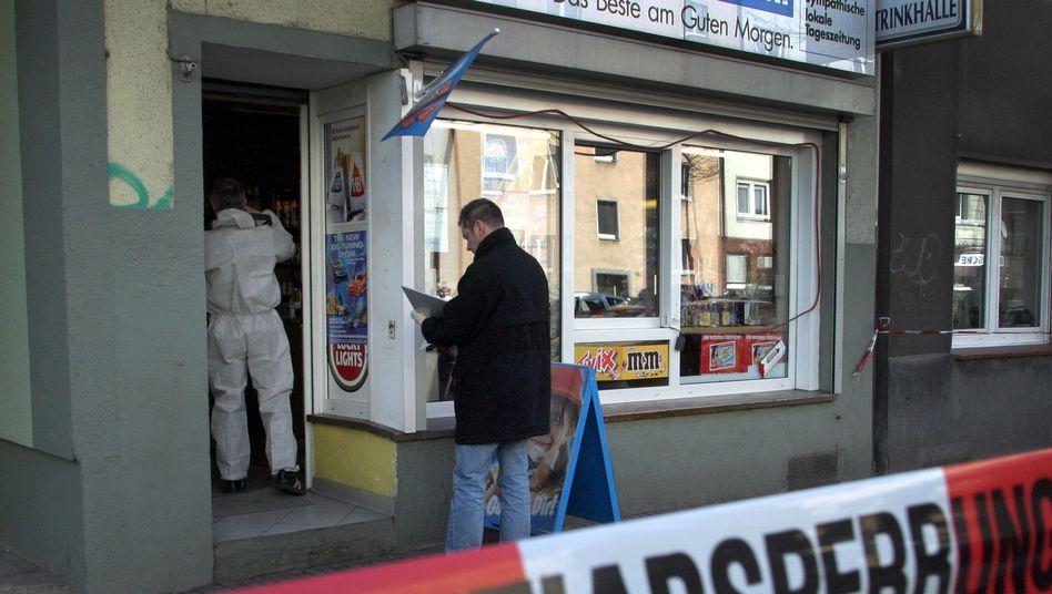 April 2006: Ermittler in dem Dortmunder Kiosk, in dem Mehmet Kubasik starb