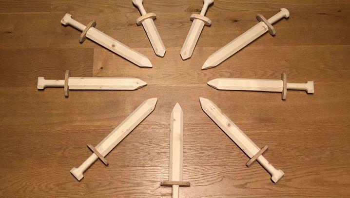 Spielzeug: Holzschwerter in Serie