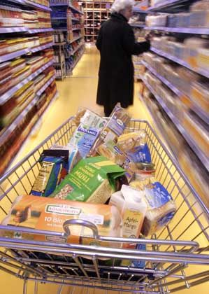 Einkaufswagen mit Lebensmitteln: Nirgends geben Kunden so wenig aus wie in Deutschland