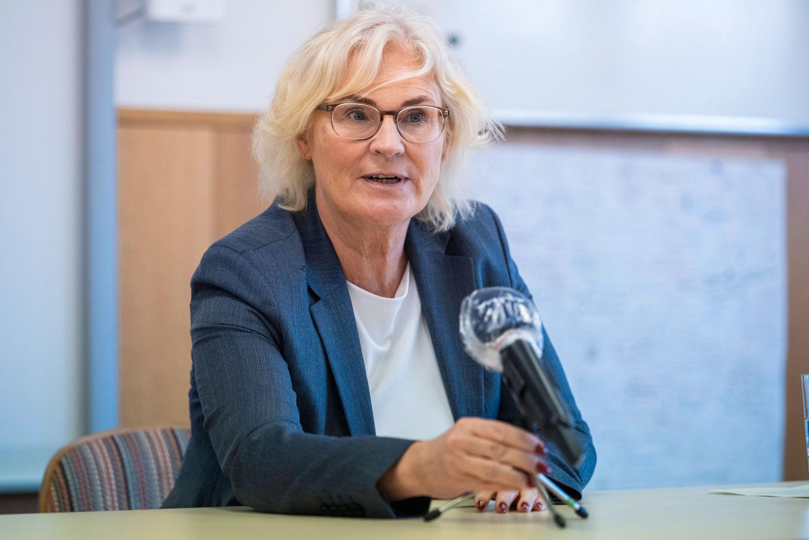 BUNDESJUSTIZMINISTERIN LAMBRECHT BESUCHT STADTTEILZENTRUM ERFURT-HERRENBERG 12/10/2020 - Erfurt: Die Bundesministerin d