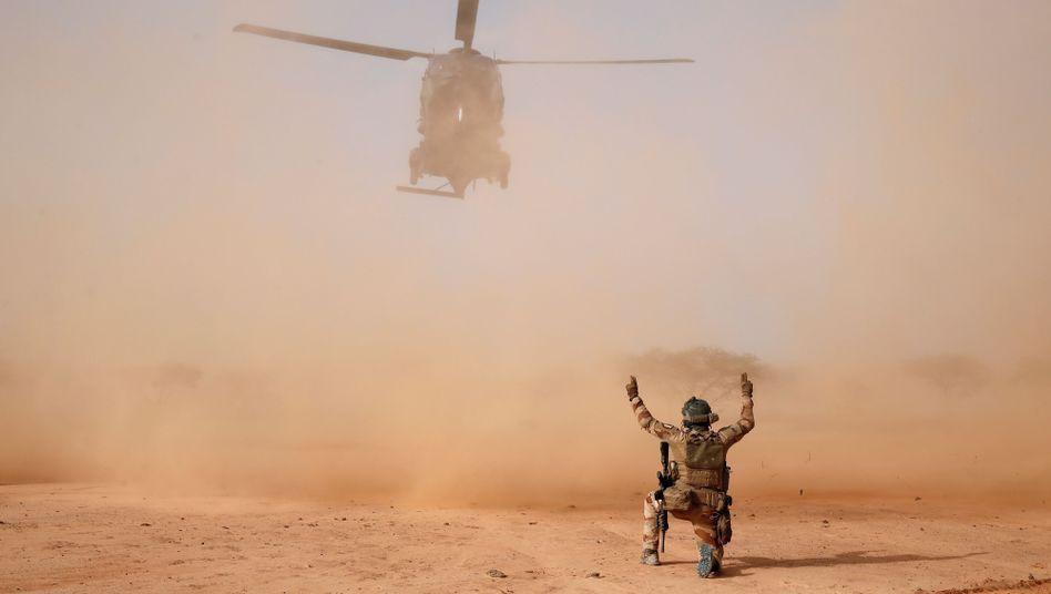 Gefährlicher Einsatz: Französischer Militärhubschrauber in Ndaki, Mali