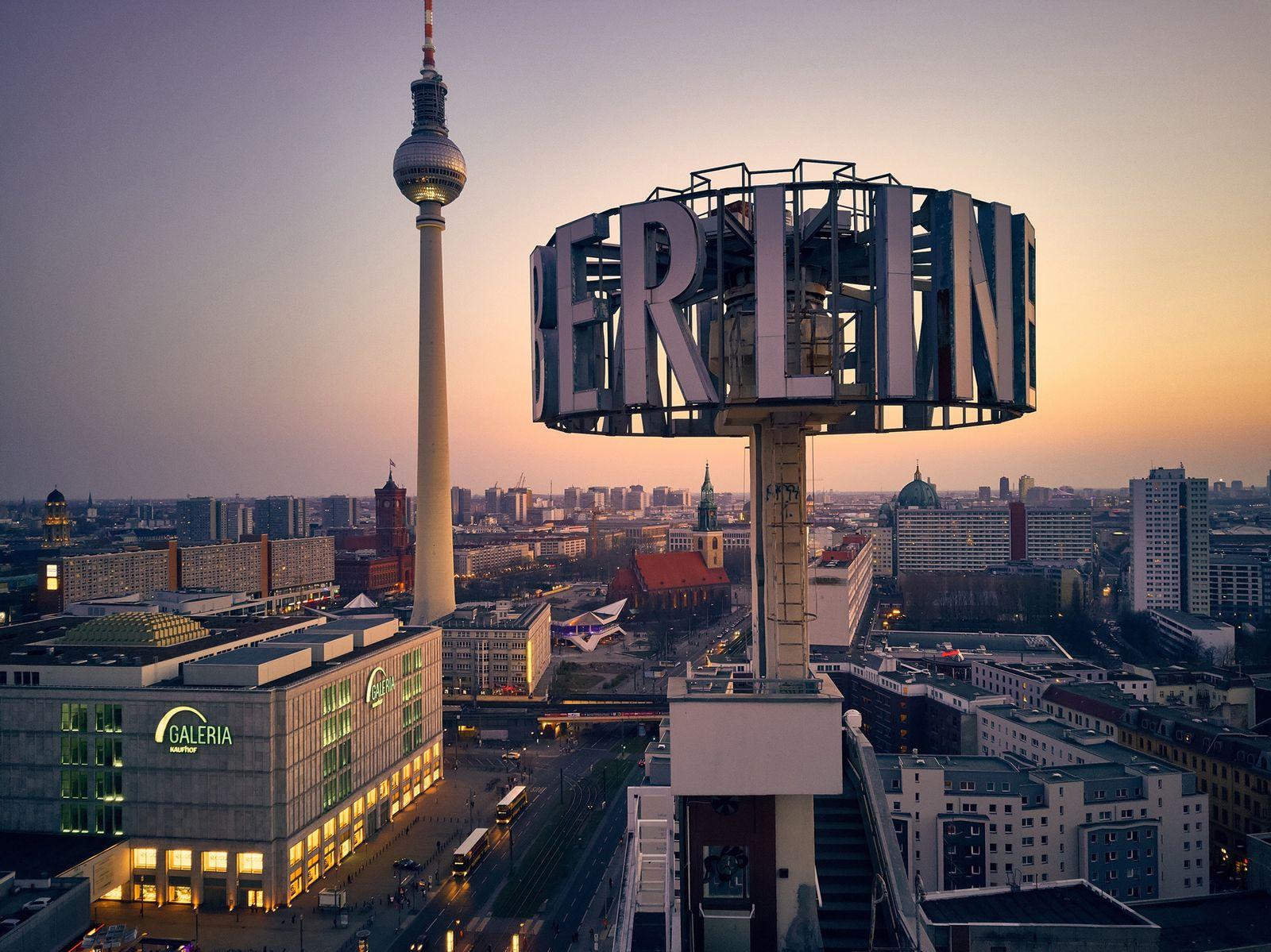 EINMALIGE VERWENDUNG AUFMACHER Wahres Babylon Berlin/ Alexanderplatz