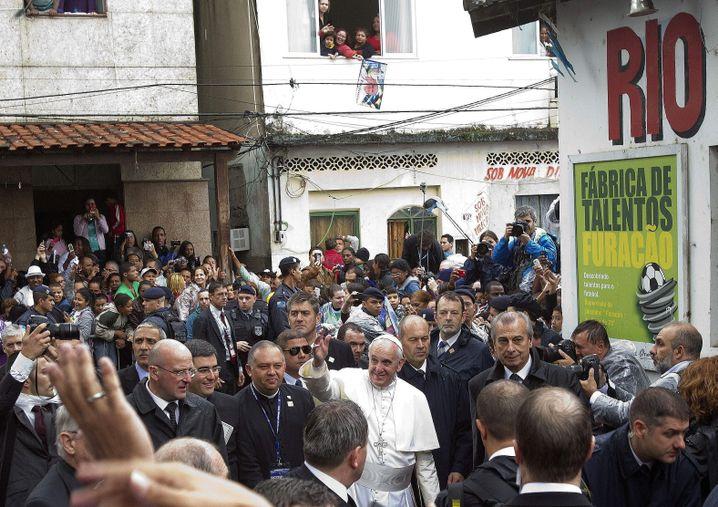 Papst Franziskus 2013 in einer Favela in Rio