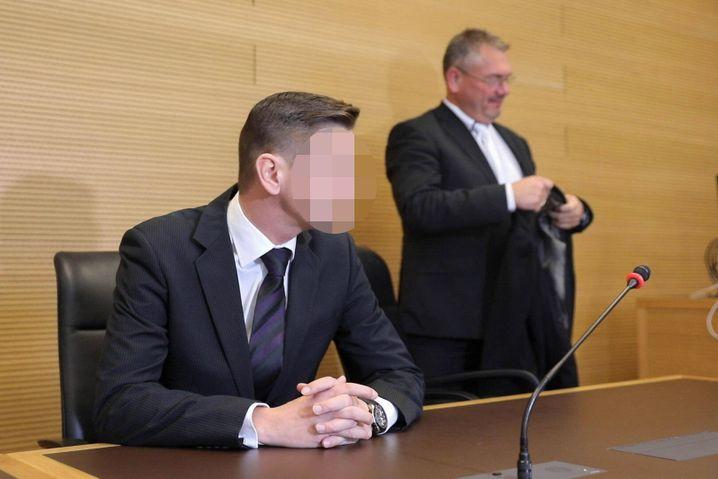 Soll als Zeuge geladen werden: Suspendierter JVA-Beamter Daniel Zabel mit seinem Anwalt Frank Hannig (Archivbild)