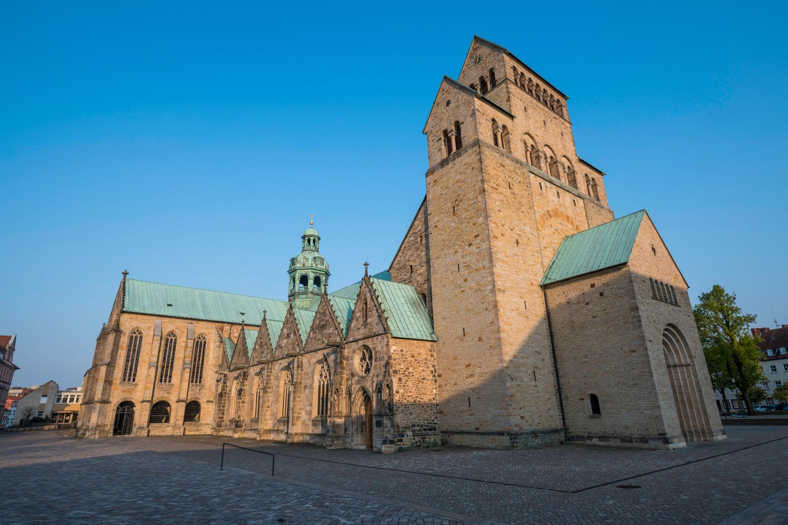 Germany, Lower Saxony, Hildesheim, Side view of Hildesheim Cathedral PUBLICATIONxINxGERxSUIxAUTxHUNxONLY RUNF03393