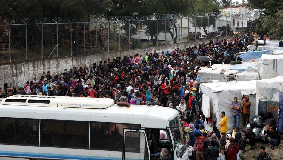 Menschen warten dicht gedrängt auf die Abfahrt vom Flüchtlingslager Moria