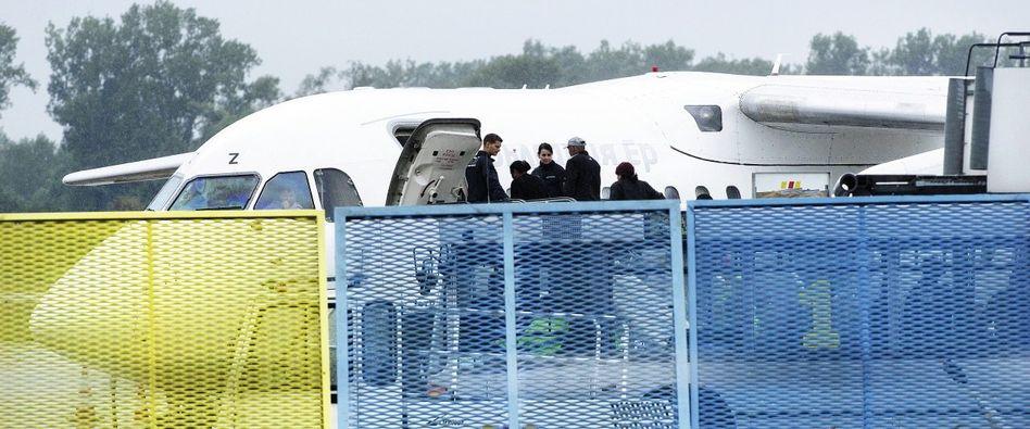 Abgelehnte Asylbewerber am Flughafen Karlsruhe/Baden-Baden: Tritte, Schreie, Widerstand