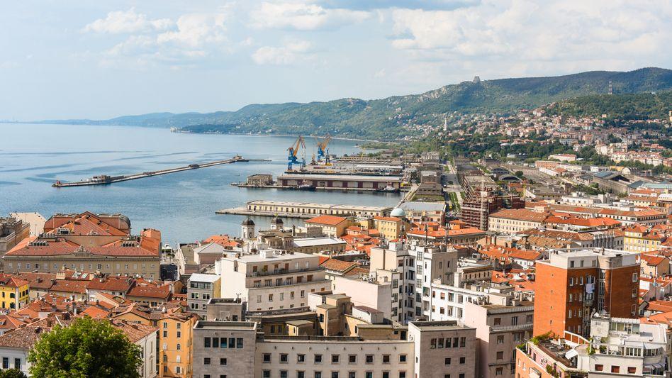 Triest in Italien: Ein Schiff, das aus China kommt und über den Suez-Kanal fährt, spart fünf Reisetage