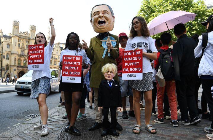 Demonstranten in London: Johnson als Marionette von Nigel Farage