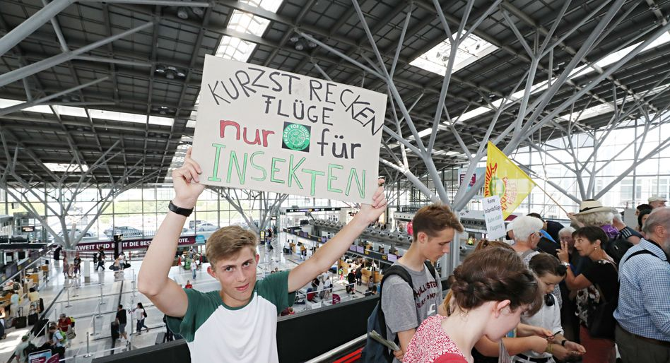 """Fridays for Future""-Aktivisten am Flughafen Stuttgart"