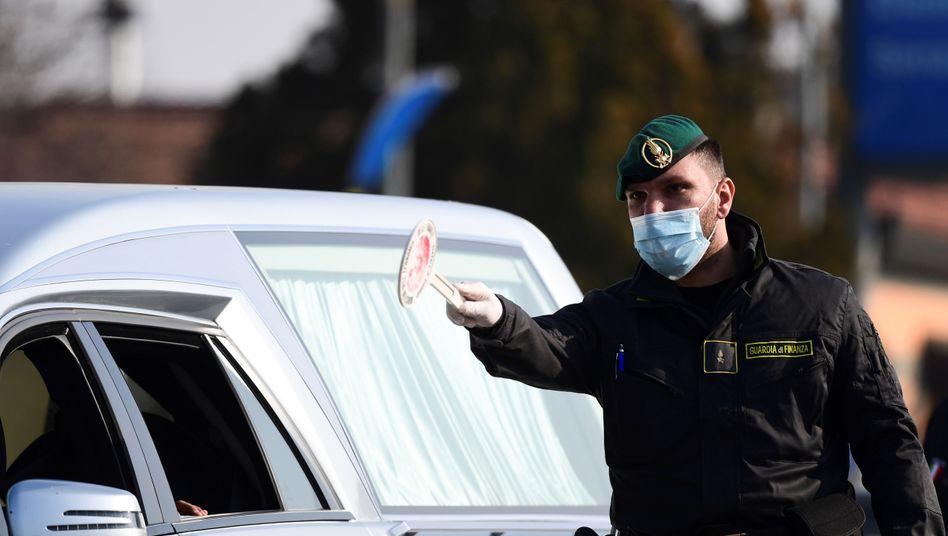 Ein italienischer Polizist kontrolliert Autofahrer im Südosten Mailands