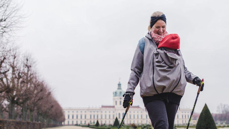Ellen-Jane Austin beim Nordic Walking mit Baby