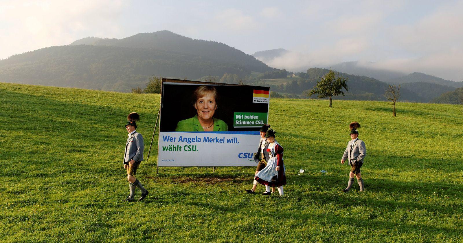 Bundestagswahl 2009 / CSU Trachtler beim Wählen