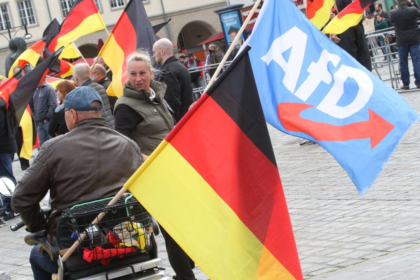 Blick am Sonnabend (16.05.2020) in der Hansestadt Rostock auf eine Mahnwache der Partei Alternative für Deutschland vor