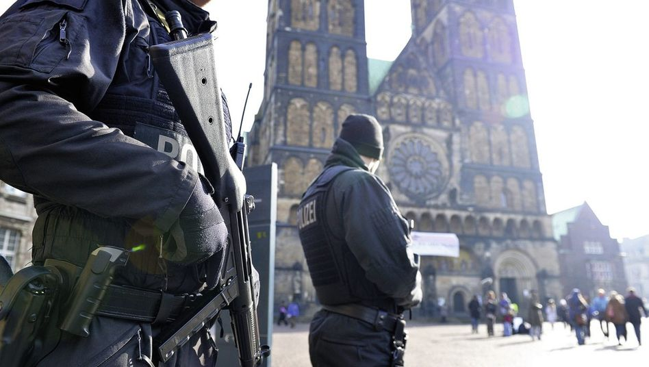 Polizisten am 28. Februar vor dem Bremer Dom: Mehrere detaillierte Warnungen