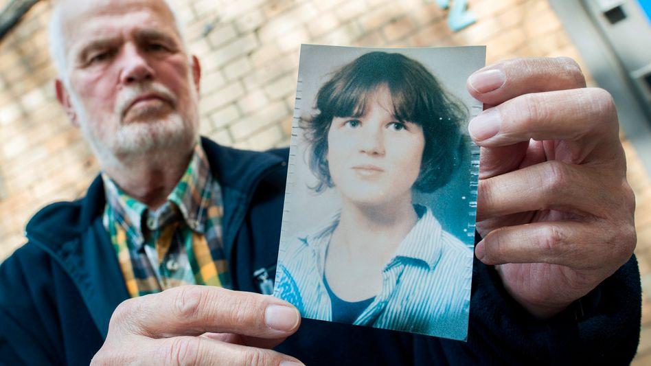 Hans von Möhlmann mit einem Foto seiner ermordeten Tochter Frederike im Mai 2015 in Hannover