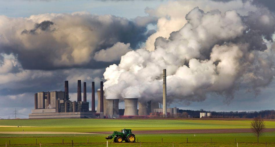 Braunkohlekraftwerk Frimmersdorf in Nordrhein-Westfalen: Die Klimakrise ist omnipräsent - doch den Deutschen scheint die Vereinbarkeit von Ökologie und Ökonomie inzwischen weniger dringlich