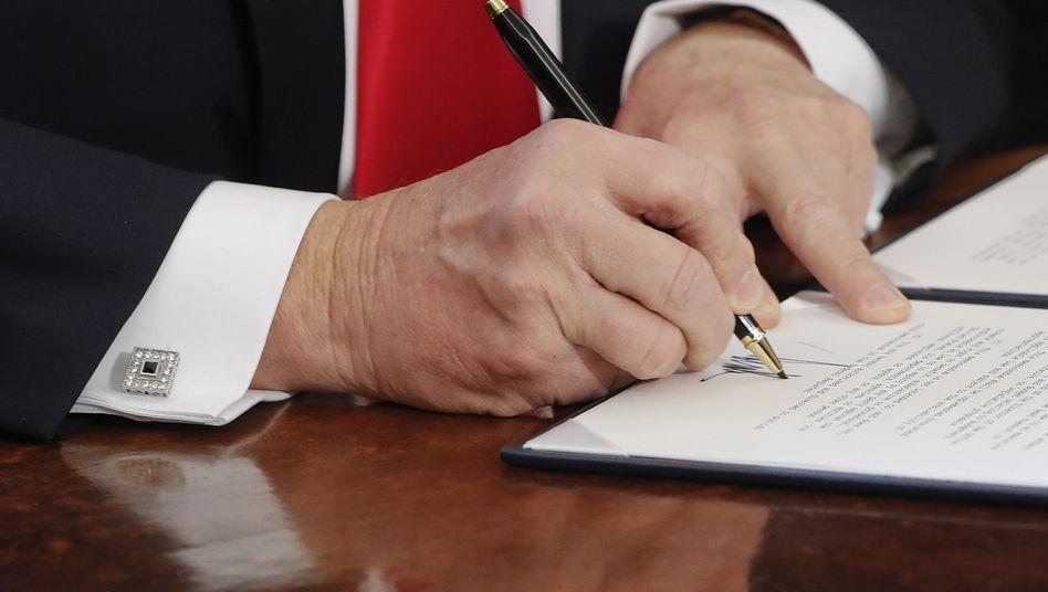 Donald Trump unterschreibt einen Erlass