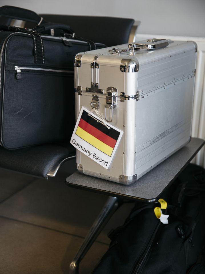 Koffer eines Personenbegleiters: 67 Bundespolizisten eskortieren den Flug