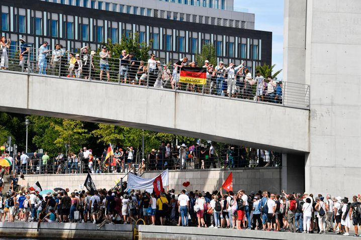 Demonstration am Samstag im Regierungsviertel am Spreebogen - ohne Maske und Abstand