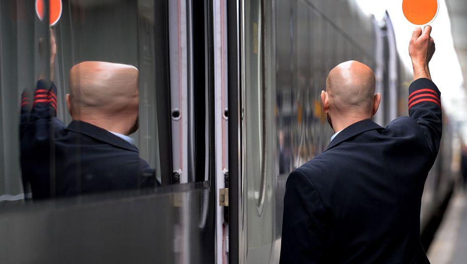 Mitarbeiter der Deutschen Bahn im Hauptbahnhof Hannover
