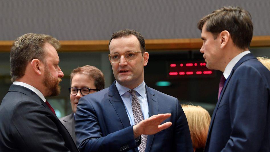 Gesundheitsminister Spahn (Mitte) in Brüssel: Wie weit reicht die europäische Solidarität?