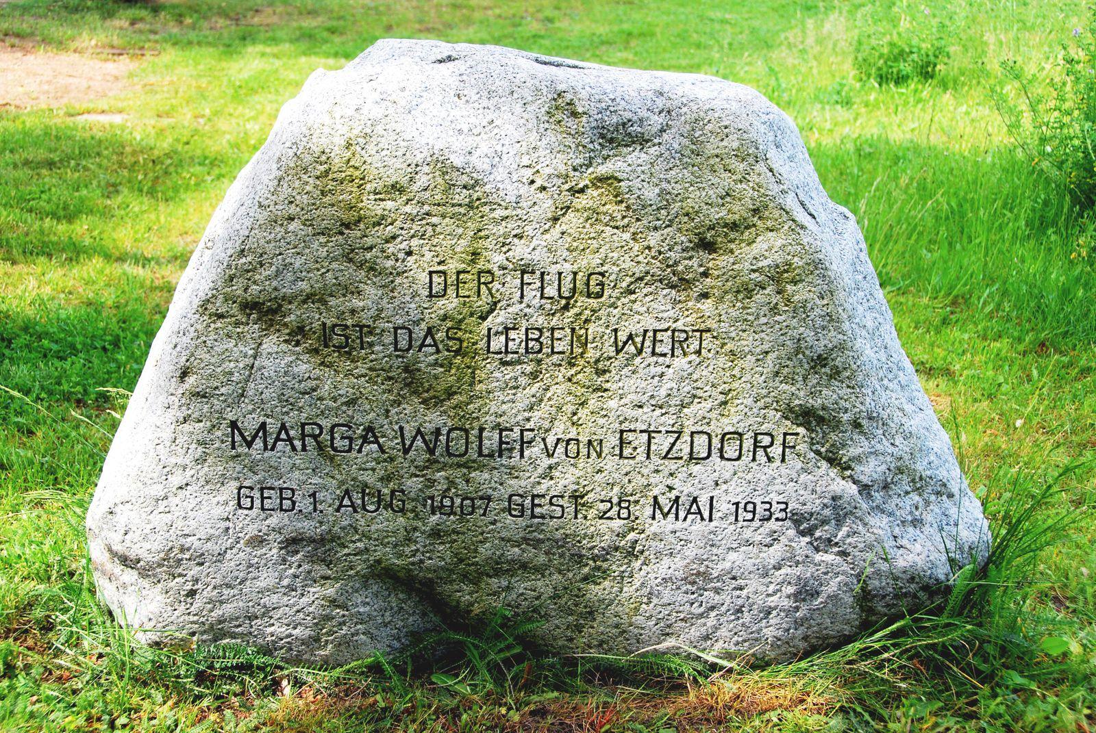 Berlin - Grab von Marga Wolff von Etzdorf auf dem Invalidenfriedhof