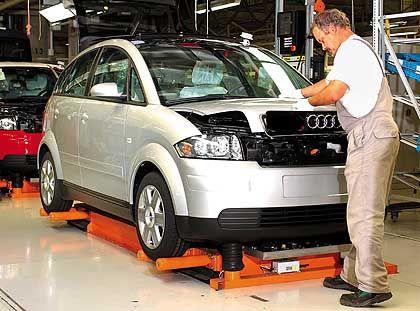 Serviceklappe in der Front: Um an die Nachfüllstutzen für Motoöl und Scheibenreiniger zu gelangen, müssen Fahrer eines Audi A2 nicht mehr die Motorhaube öffnen