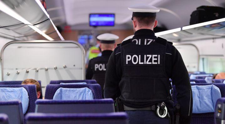 Bundespolizisten kontrollieren in einem ICE die Einhaltung der Hygieneregeln