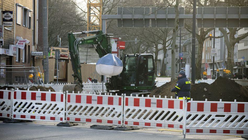 Ein Bagger steht an einem der möglichen Bombenfundorte in der Dortmunder Innenstadt