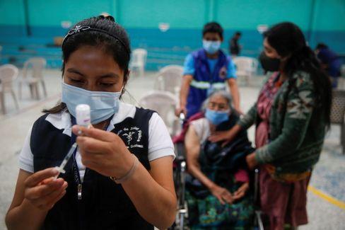 Krankenschwester in Guatemala bereitet eine Impfung vor