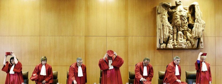 Verfassungsrichter Voßkuhle (3. v. l.), Kollegen: »Rückgrat unseres Staates«