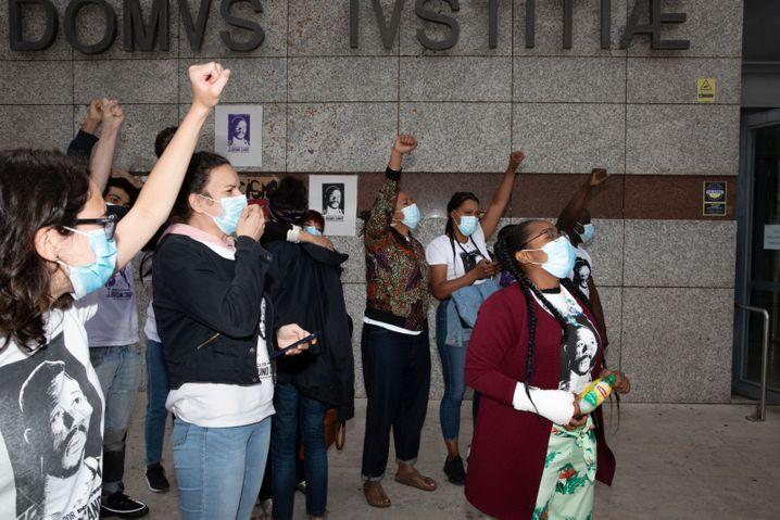 Aktivistinnen und Aktivisten rufen vor dem Gerichtsgebäude in Loures gemeinsam Parolen: »Bruno Candé, unvergessen!«