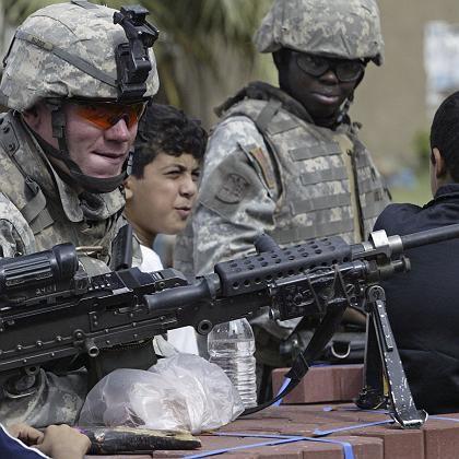 US-Soldaten, irakisches Kind in Bagdad: Tagtägliche Gewalt
